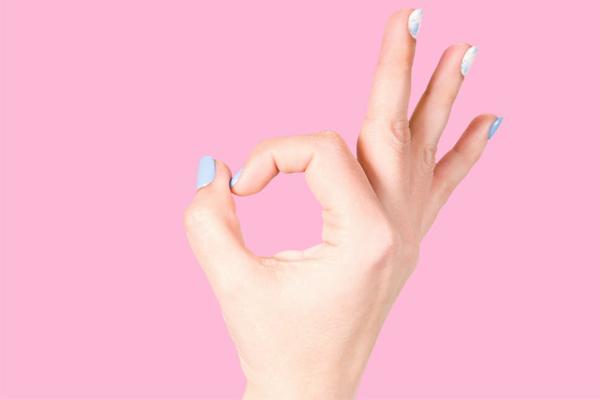Dùng đôi bàn tay kết hợp với đôi môi ngọt ngào của bạn vuốt ve khắp cơ thể chàng