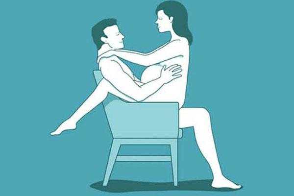 Tư thế quan hệ trên ghế cho bà bầu