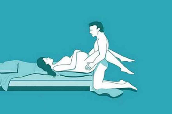 Hai vợ chồng chuyển động nhẹ nhàng để không ảnh hưởng thai nhi