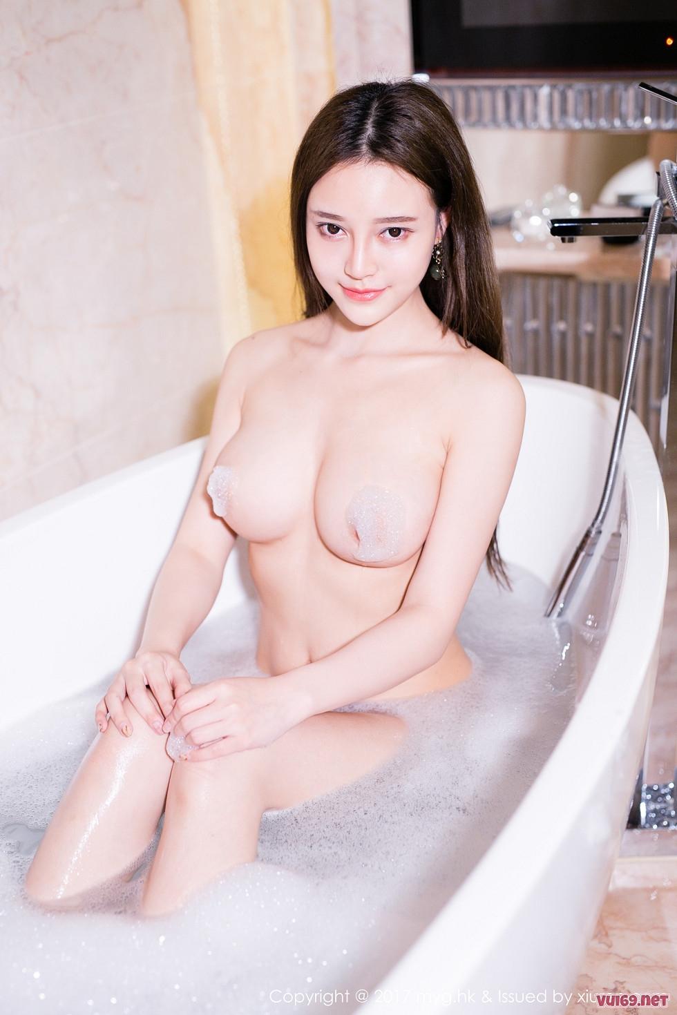Nữ sinh vú đẹp tắm trần